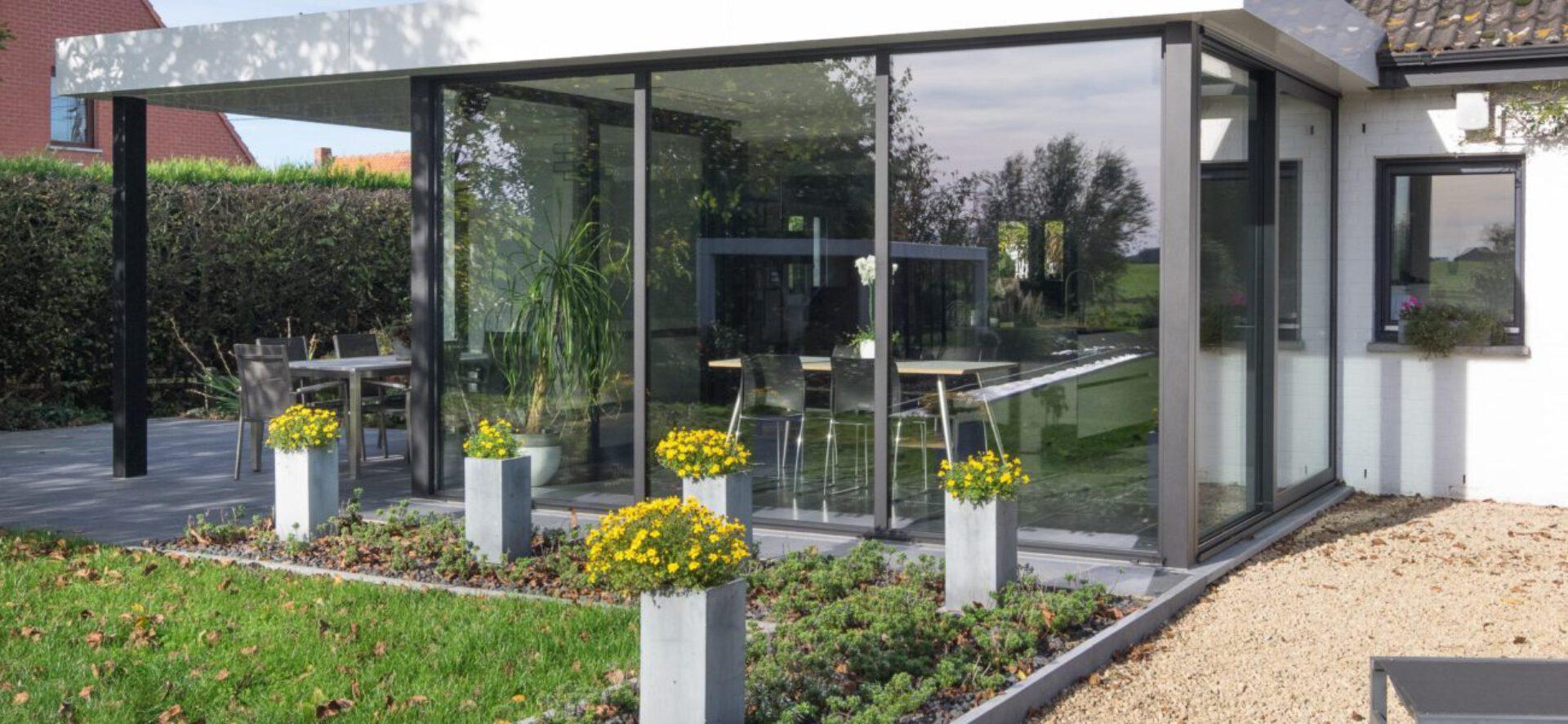 Moderne veranda met overdekt terras in Escanaffles